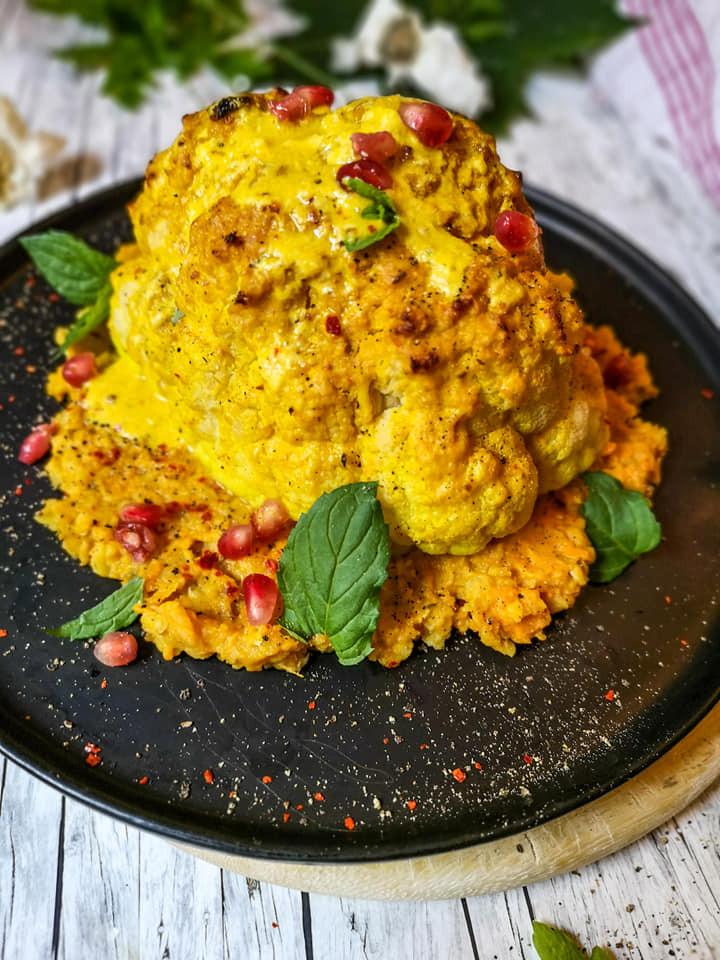 Blumenkohl aus dem Backofen mit Miso-Mandelmus-Sauce, Granatapfelkernen und einem Linsen-Süßkartoffel-Püree
