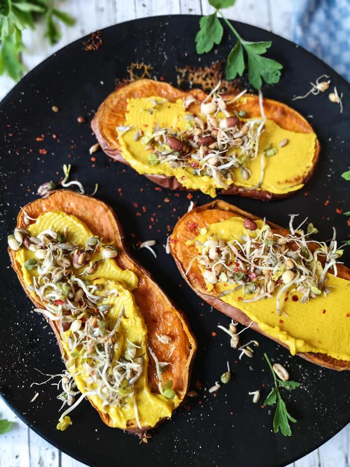 Süßkartoffel-Stullen mit Hummus und Sprossen