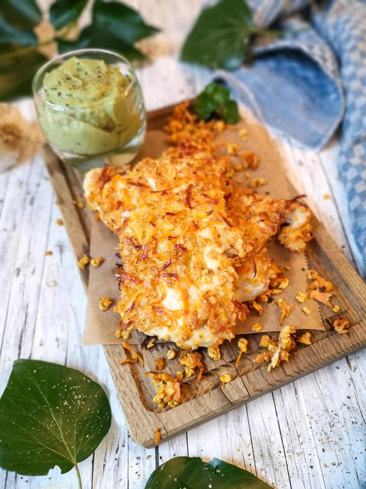 Hühnchen mit Haferflocken-Karotten-Kruste und Avocado-Mus