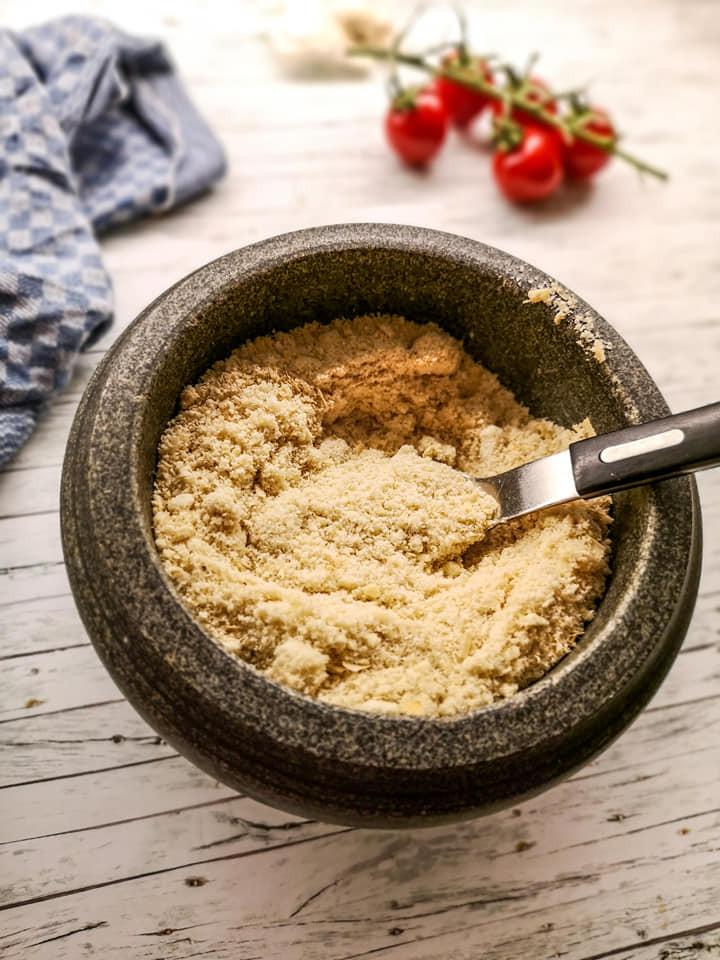 Pflanzlichen Parmesan leicht selbst herstellen mit lediglich 5 Zutaten