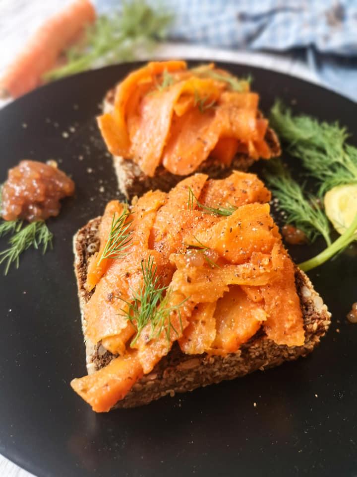 Vegane Lachs-Stullen mit Dill und Tapioka-Kaviar