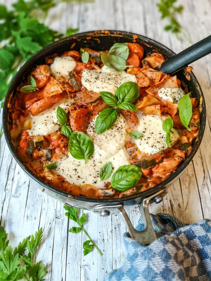 Schnelle Pfannen-Lasagne mit Gemüse, Mozzarella und Basilikum