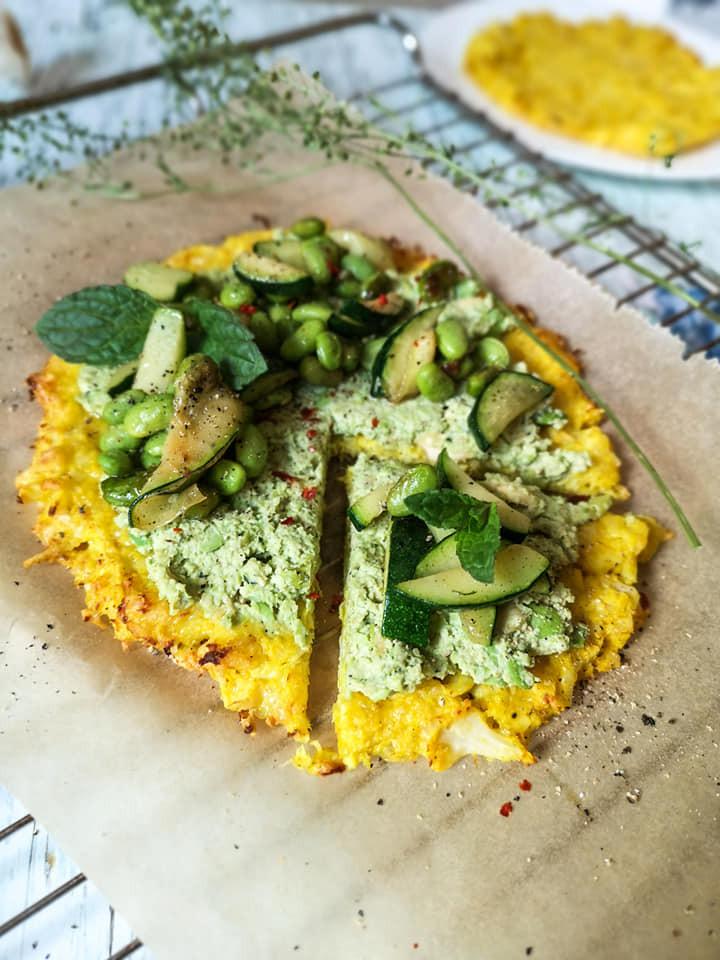 Gesunde Pizza mit Sojabohnen, Zucchini und Minze