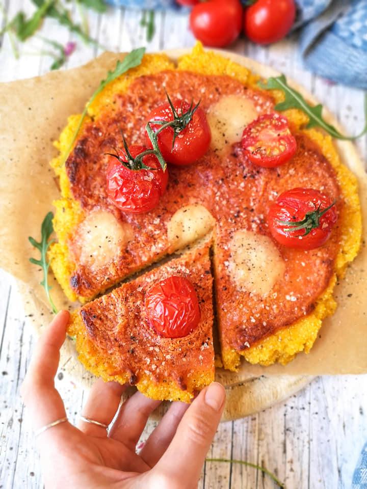 Einfache Pizza aus glutenfreiem Polenta-Grieß mit Mandelmus-Tomaten-Basis
