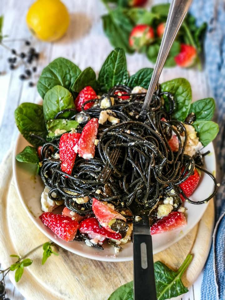 Erdbeer-Feta-Nudelsalat mit Kürbiskern-Dressing