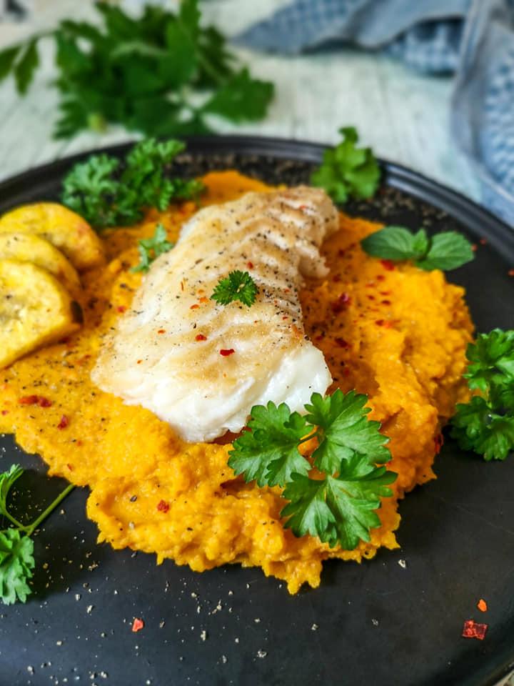 Gebratener Kabeljau mit Karotten-Sellerie-Püree und Kochbananen