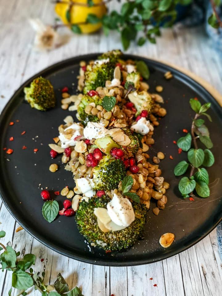 Grüne Linsen mit Brokkoli, gehobelten Mandeln, Granatapfelkernen und Minze