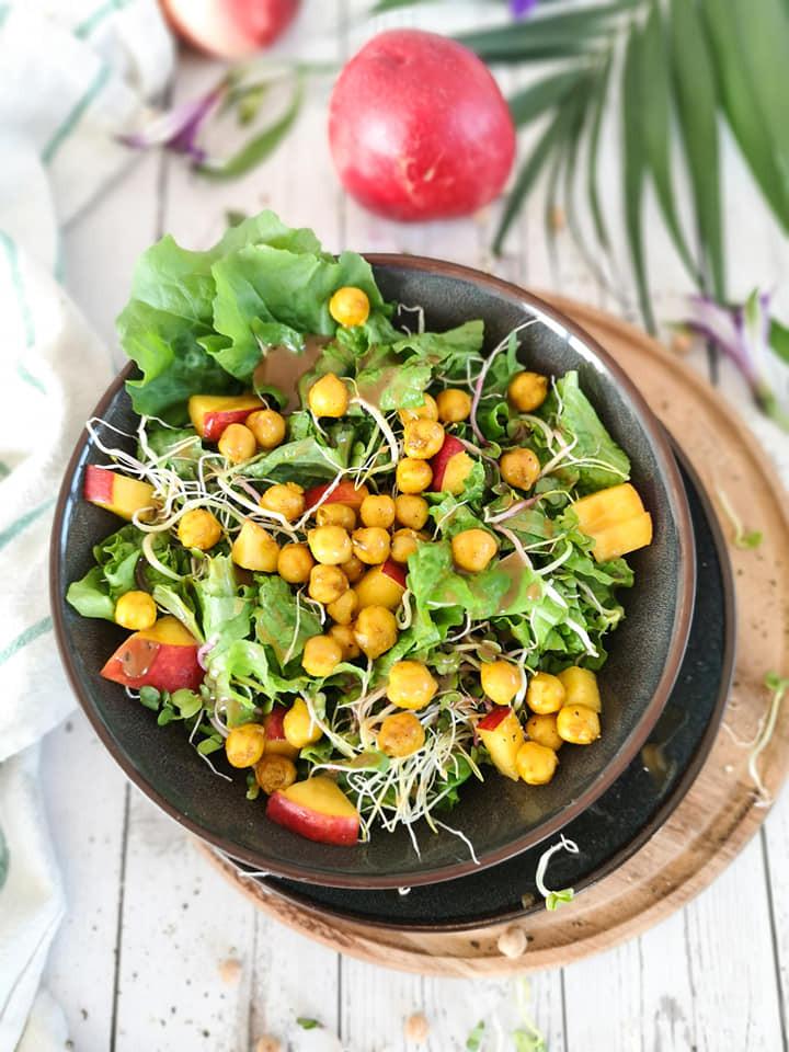 Sprossen-Rucola-Salat mit gerösteten Kichererbsen, Nektarinen und Mandelmus