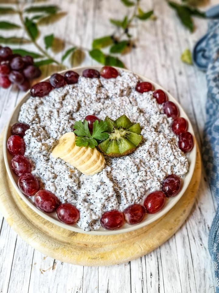 Chia-Pudding mit Mohn und frischen Früchten