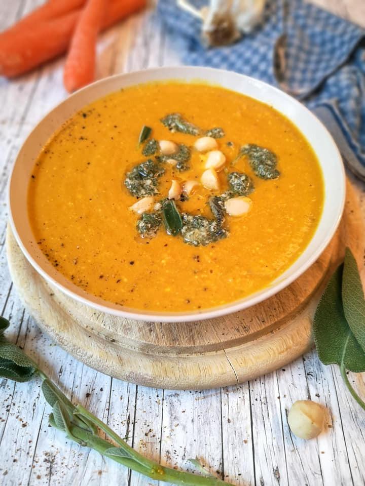 Schnelle Karotten-Suppe mit Macadamia-Nüssen und Salbei-Pesto
