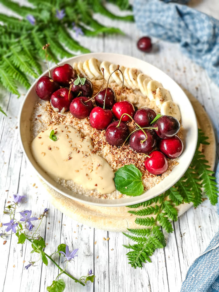Müsli mit Hirseflocken, Haferkleie, Kirschen und Mandelmus