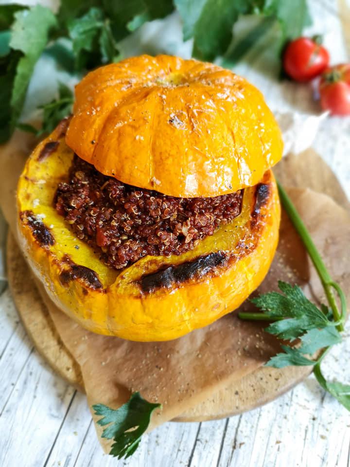 Gefüllter Kürbis mit Quinoa-Tomaten-Masse
