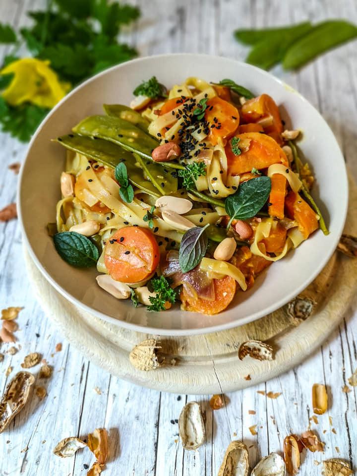 Gemüse-Curry mit Kurkuma und Reisnudeln