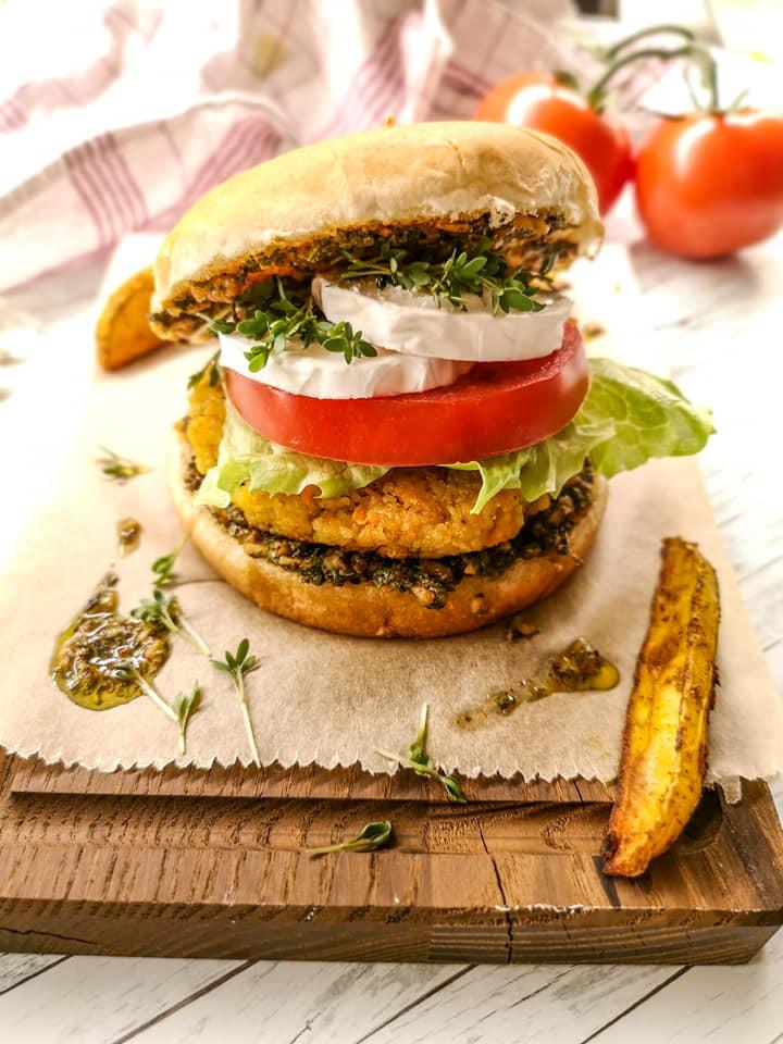 Burger mit Karotten-Bulgur-Patties und Ziegenkäse