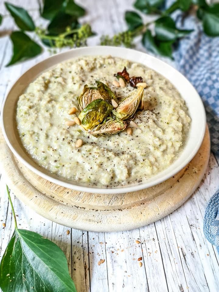 Rosenkohl-Suppe mit Blauschimmelkäse und Pinienkerne