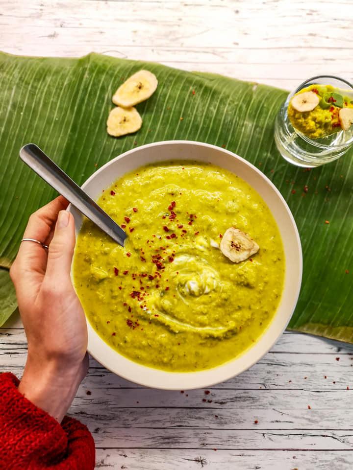 Exotische Bananen-Suppe mit Kokosmilch und Chili