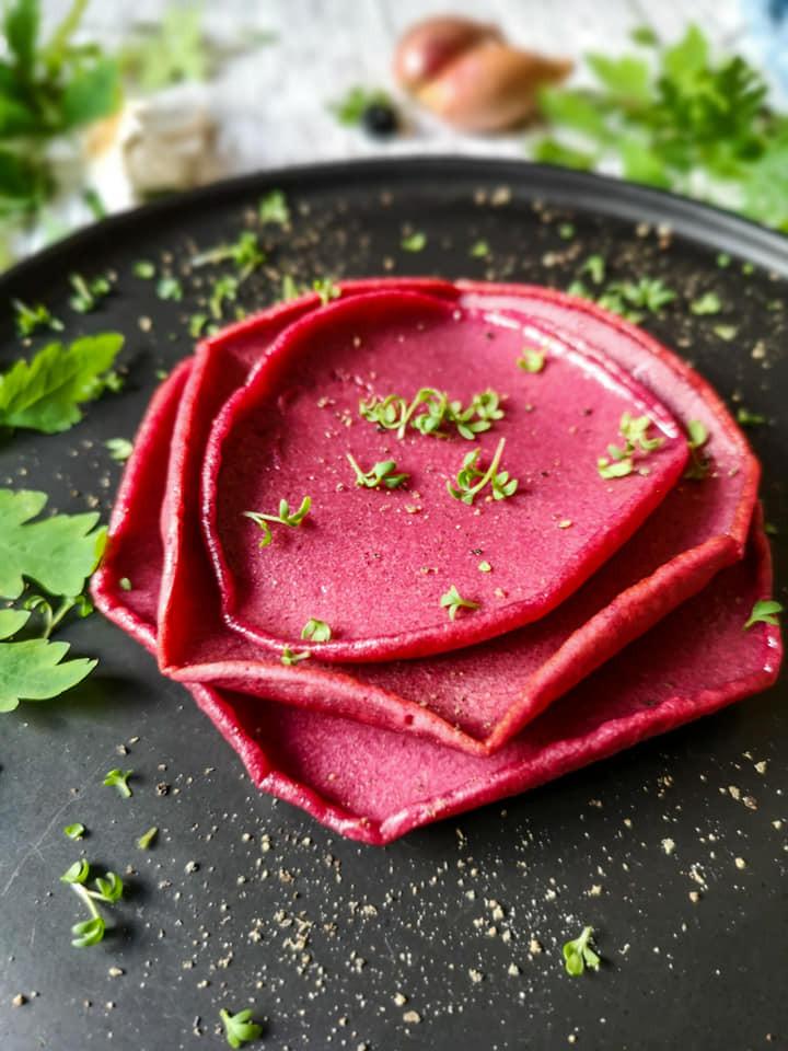 Rote Bete-Buchweizen-Pfannkuchen mit Zucchini, Lachs und Kresse