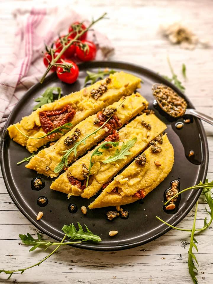 Gekochte Polenta-Schnitten mit Parmesan und getrockneten Tomaten