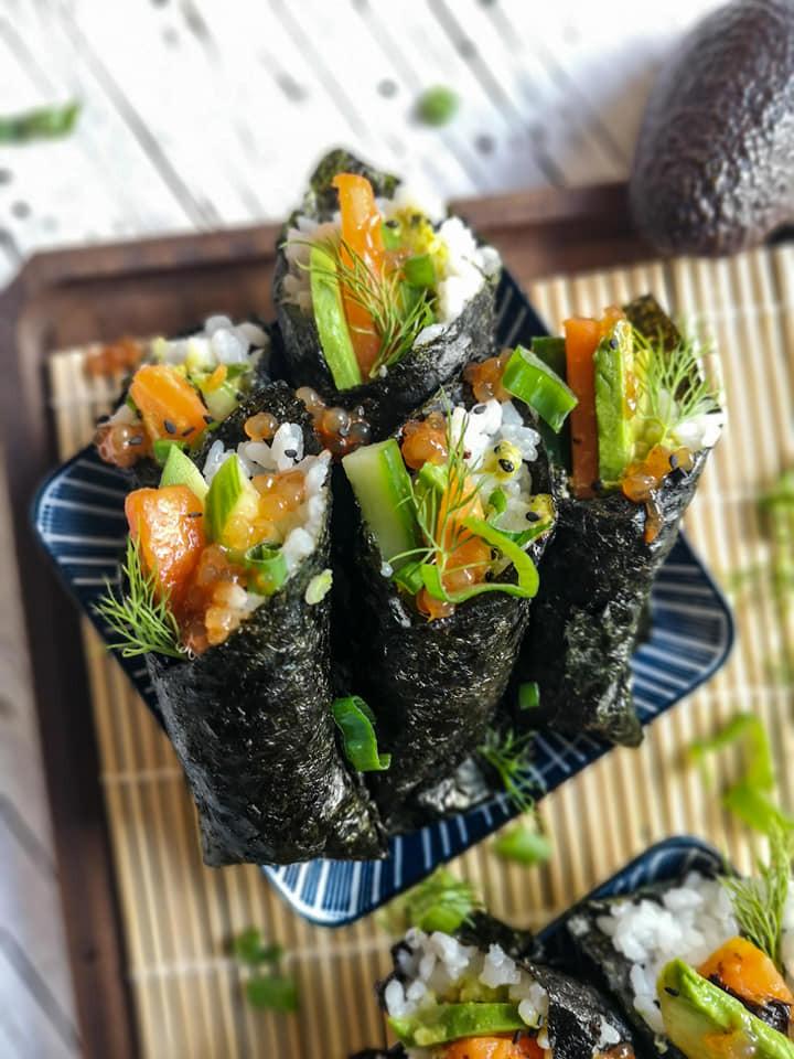 Sushi mit Gurke, Avocado und veganem Karotten-Lachs