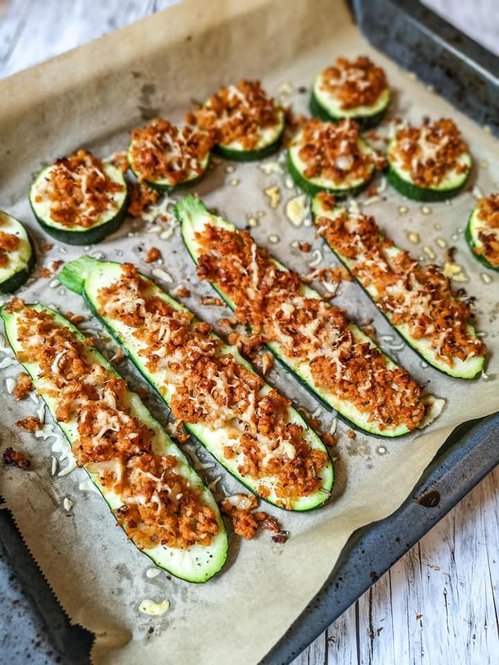 Überbackene Zucchini mit Soja-Granulat und Käse