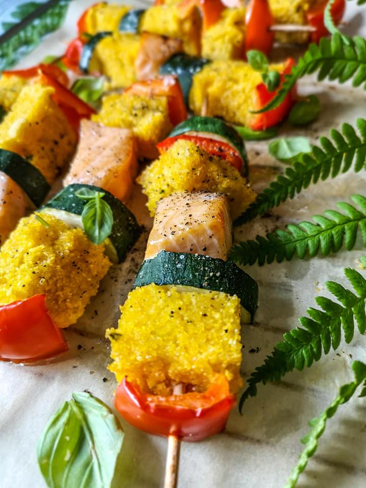 Lachs mit Gemüse und Polenta auf Grill-Spieße