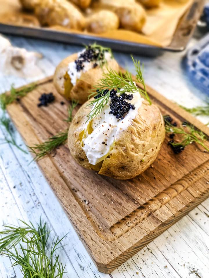 Einfache Kartoffel aus dem Backkartoffel mit Magerquark, Kaviar und Dill