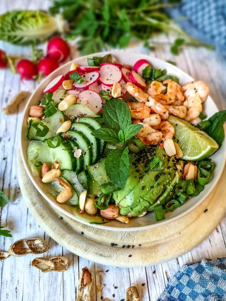 Keto-Bowl mit Garnelen, Avocado, Gurke, Radieschen, Salat und Erdnüssen