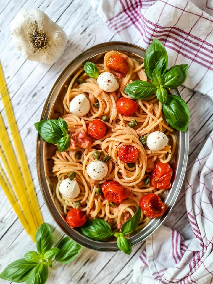 Schnelle Nudeln mit einer aromatischen Sauce aus Tomaten und Kapern