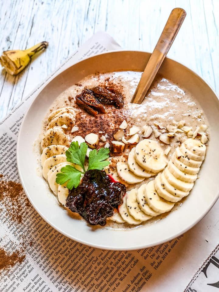Nährstoffreiche Bowl mit Erdmandeln und Banane