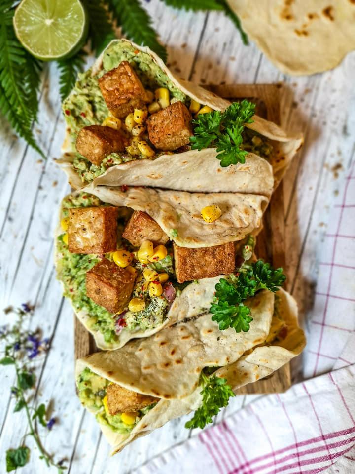 Leckere Fladenbrot-Wraps mit Tempeh, Avocado-Creme und Mais