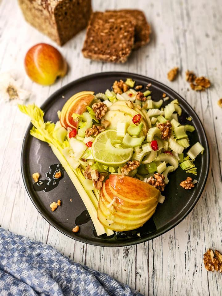 Staudensellerie-Salat mit Apfel