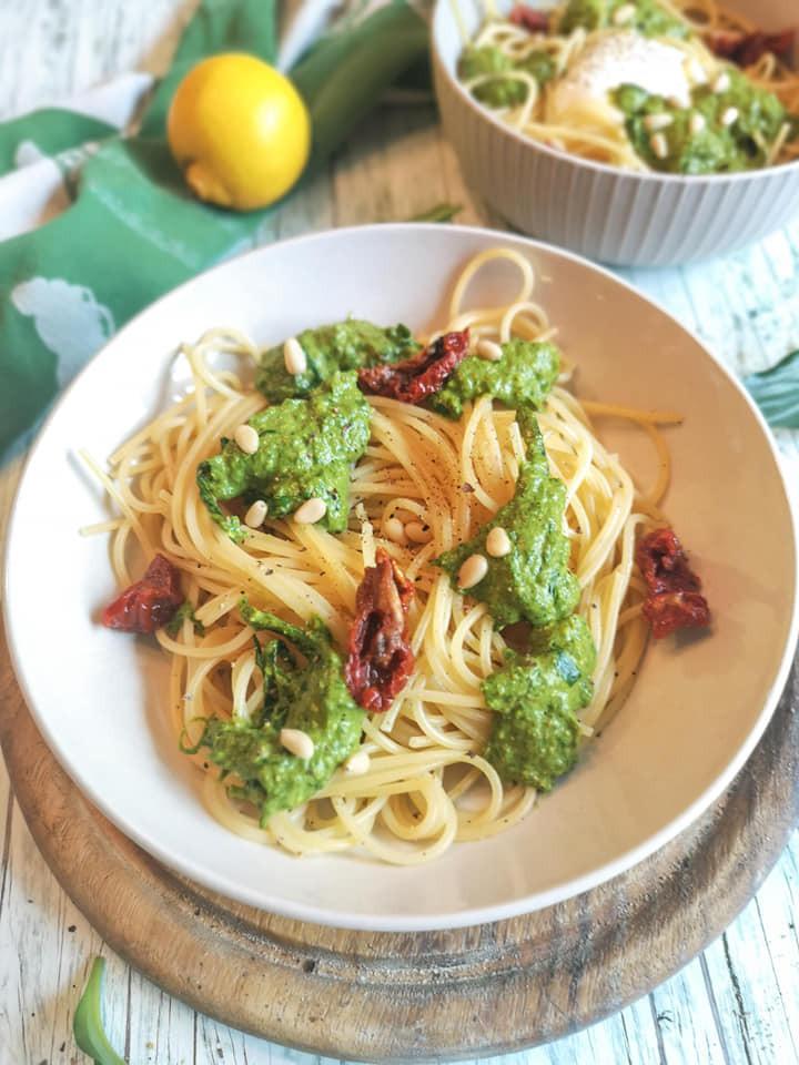 Bärlauch Pesto mit Pinienkernen und getrockneten Tomaten