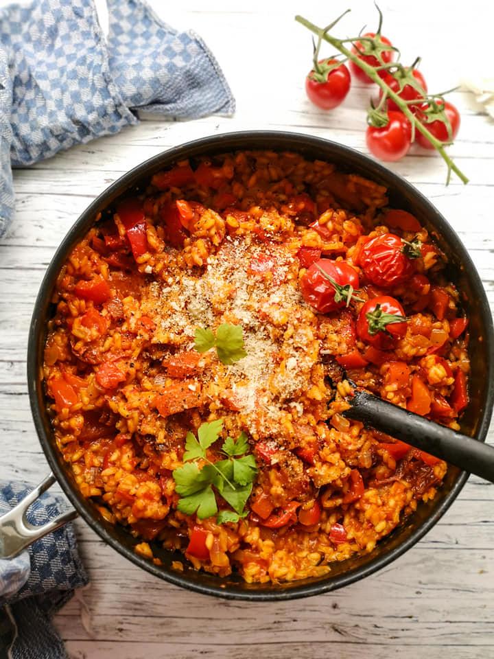 Ofen-Risotto mit Tomaten, Paprika und veganem Parmesan