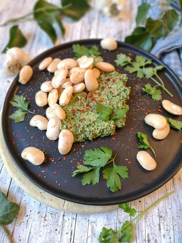 Eiweißreiche Jumbo-Bohnen mit Grünkohl-Walnuss-Pesto