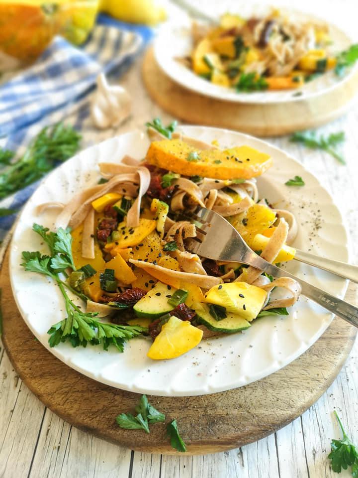 Vollkorn-Nudeln mit saisonalem Gemüse