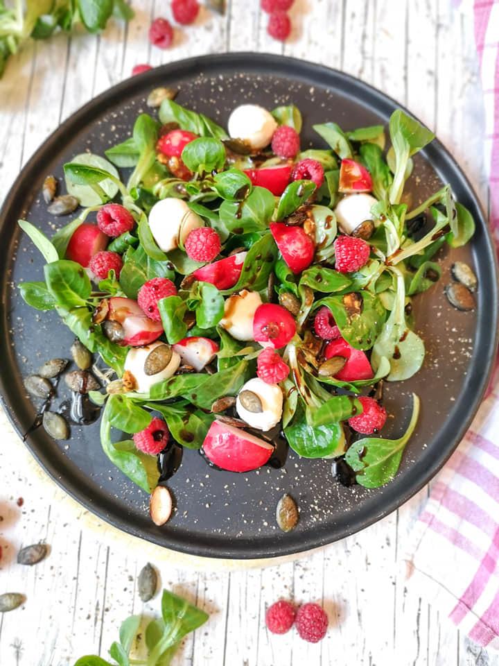 Feldsalat mit Mozzarella, Himbeeren, Radieschen und gerösteten Kürbiskernen
