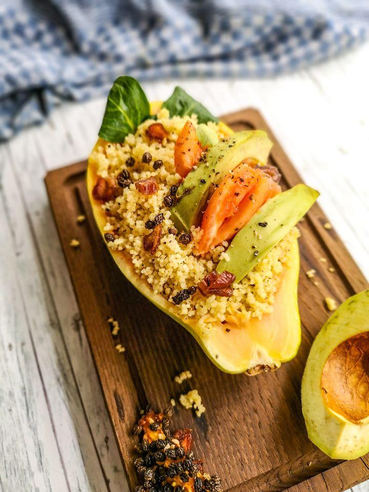 Superfood-Salat mit Avocado, Papaya und Couscous