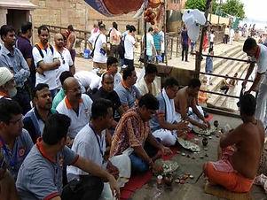 પત્નીથી પરેશાન 150 પુરુષોએ પિશાચીની મુક્તિ પૂજા કરી, પિંડદાન કરી ડૂબકી લગાવી