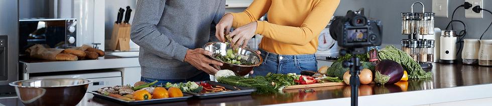 divi cilvēki gatavo veselīgu ēdienu