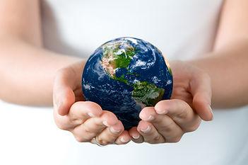 pasaule, zemeslode rokās
