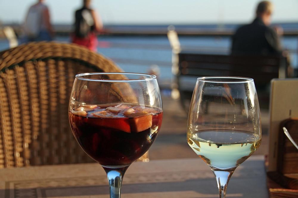 Španělská sangrie a bílé víno v baru na pláži