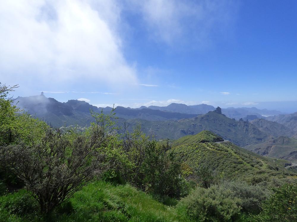 Pohled na Roque Nublo z vesnice Cruz de Tejeda v březnu (Gran Canaria)