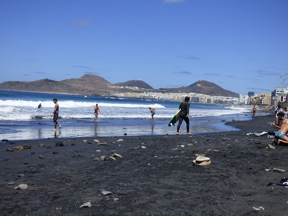 Část pláže Las Canteras s černým pískem, Gran Canaria