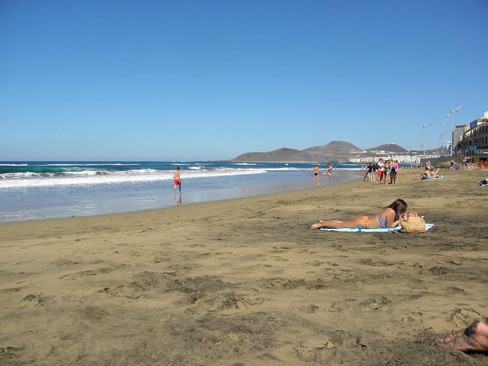 Pláž Las Canteras na Gran Canarii poslední den v lednu