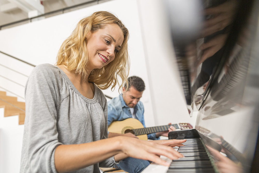 benefits-of-playing-the-piano-for-adults