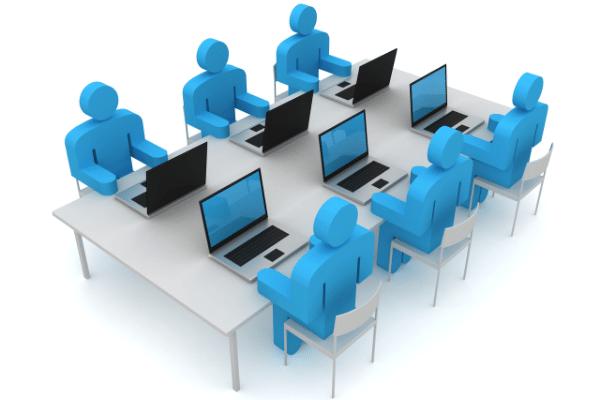 bonecos azuis com notebooks a frente em mesa em grupo, representando co-working em marketing politico nos fóruns de discussão. marketing político em fóruns de discussão na internet.
