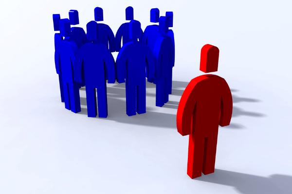 Bonecos representando um grupo em azul, boneco solitário vermelho representando exclusão do grupo. marketing político em fóruns de discussão na internet.