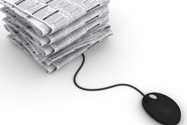 Mouse ligado em diversos jornais representando anúncios pagos na internet, no facebook, no google e nas redes socias para impulsionar o marketing político.