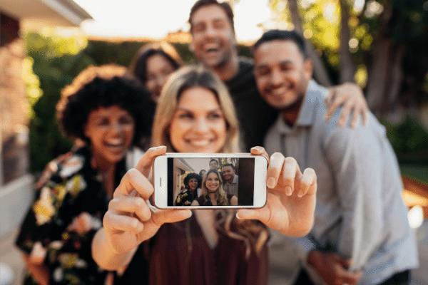 aumentando a exposição nos fóruns de discussão na internet, grupo de várias pessoas fazendo uma selfie. marketing político em fóruns de discussão na internet.