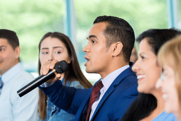 candidato ou político apresentando suas propostas para seus apoiadores com microfone na mão, preparando seu marketing político.